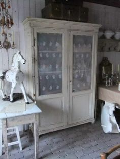 LOVE THE OLD BRONZE GOLD WALL SCOUNCE WITH THE OLD WHITE CABINET AND THE HORSE IMARKTPLATTS.COMx