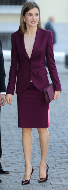 Queen Letizia attends a meeting in her classic Hugo Boss aubergine ​skirt suit, a look she has worn on a number of occasions. Lovely skin tone top with a suit much more flattering than black Office Fashion, Business Fashion, Work Fashion, Fashion Outfits, Womens Fashion, Workwear Fashion, Fashion Blogs, Business Casual, Fashion Fashion