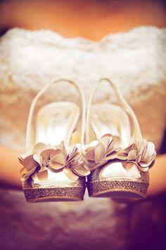 Bellissimi scarpe da sposa.. Sia il fiocchetto che i brillantini. Gorgeous bride shoes..#weddingshoes