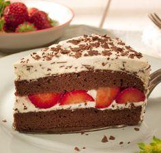Diese festliche Stracciatella-Torte hat in der Mitte eine fruchtige Überraschung: Erdbeeren, die mit der Sahne, dem Biskuit und den Schokostreuseln auf der Zunge zergehen. Ein wahrer Tortengenuss!
