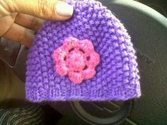 Gorro niña en dos agujas y flor en crochet