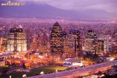 Skyline notturna di Santiago del Cile, sullo ...