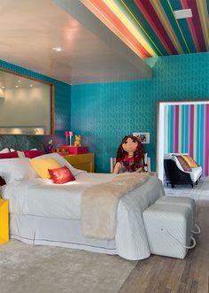 Casa Cor SP: Suíte da menina. Sempre fico em dúvida se colocar estilo provençal ou colorido assim. Chão em madeira, azul nas paredes, listras.... lindo!