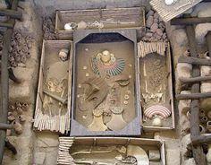 Señor del Sipán y su cerámica  Los atuendos presentes en la iconografía cerámica muestran al Señor de Sipan con vestimenta fina y ornamentos metálicos de oro, cobre como: coronas, plumas, narigueras, collares, brazaletes.