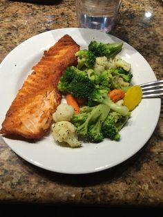 Salmon and stemmed veggies! Again put some lemon pepper on top and wallah 👌😊 Healthy Meal Prep, Easy Healthy Recipes, Healthy Snacks, Healthy Eating, Comidas Fitness, Plats Healthy, Little Lunch, Snap Food, Health Dinner