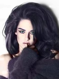 Voluptuous brunette hairstyle, lot's of volume around her oblong shaped face!