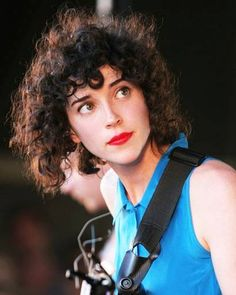 Annie Clark // love her curly frizz. Curly Bangs, Curly Hair Cuts, Curly Hair Styles, Curly Pixie, Pretty Hairstyles, Easy Hairstyles, Festival Makeup Glitter, Short Curls, Hair Reference