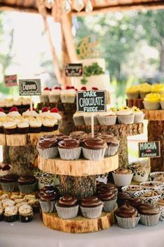 4 tips for a wedding dessert table and 25 ideas . - 4 tips for a wedding dessert table and 25 ideas - Enchanted Forest Wedding, Woodland Wedding, Wedding Rustic, Rustic Wedding Cupcakes, Cupcake Wedding Display, Rustic Cake, Rustic Weddings, Rustic Buffet, Wedding Cup Cakes