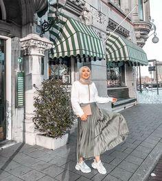 Gift ideas for cyclists [for all the bike lovers] Hijab Fashion Summer, Modest Fashion Hijab, Modern Hijab Fashion, Street Hijab Fashion, Casual Hijab Outfit, Hijab Fashion Inspiration, Ootd Hijab, Hijab Chic, Muslim Fashion