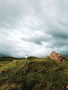 Découvrir l'Écosse en cinq lieux phares - Blog Gournal Rue Pietonne, Arthur's Seat, Country Roads, Mountains, Blog, Travel, Old Boats, Amazing Sunsets, Lighthouses