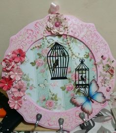 Porta chaves Alice Resende artesanato Decoupage, Wooden Key Holder, Shaby Chic, Seashell Crafts, Clay Charms, Stencils, Decorative Plates, Projects To Try, Diy Crafts