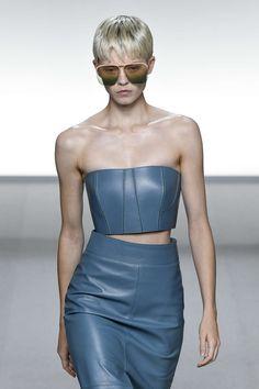 FashionNetwork.com - Le site d'information des professionnels de la mode, du luxe et de la beauté Givenchy Women, Skin To Skin, Business News, Milan, Strapless Dress, Information, London, Tops, Dresses