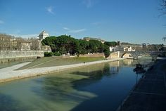 Illa Tiberina en Roma. Alberga dende o  s. I  un hospital. Foi o antigo santuario do deus da mediciña Asteplio.
