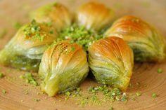 Buy Turkish Baklava with Pistachio Midye Turkish Baklava is the most famous dessert in Turkey and worldwide. It is made by professional Turkish chefs with natural and organic ingredients. Turkish Recipes, Indian Food Recipes, Ethnic Recipes, Baklava Cheesecake, Cheesecake Recipes, Turkish Food Traditional, Turkish Chef, Phyllo Dough Recipes, Turkish Baklava