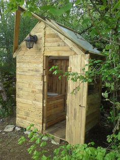 Pallet Outdoor Toilet - Pallet Bathroom | 101 Pallet Ideas