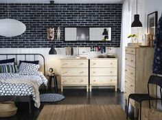 Ein mittelgroßes Schlafzimmer mit einem grauen Metallbettgestell und TARVA Kommoden mit 3 Schubladen in Kiefer