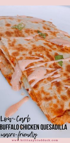 Easy Low-Carb Buffalo Chicken Quesadilla For some reason when I'm dieting I crave buffalo chicken wings! Unfortunately, they don't fit into my macros so I have to improvise! I've had buffalo chicken quesadillas at restaurants and really enjoyed them, so I Clean Eating Snacks, Healthy Snacks, Healthy Eating, Healthy Nutrition, Healthy Quesadilla Recipes, Healthy Chicken Quesadillas, Buffalo Chicken Quesadillas, Healthy Cheap Recipes, Healthy Delicious Recipes