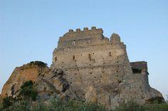 Castelli Medievali nella #Sardegna Meridionale    Chissà quante storie si celano dietro le rovine del bellissimo Castello di Acquafredda di proprietà, in origine, del conte Ugolino Della Gherardesca. Immaginate il tramonto da quassù?