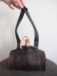 Pirat, piratlajv. Vattenflaska, läderflaska. Leather costrel. https://katafalk.wordpress.com/2013/01/09/leather-costrel/