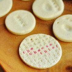 Etiquetas y adornos con masa de sal  Simple 3 ingredient recipe to make salt dough and create custom gift tags and ornaments.