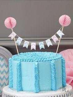 Cake topper bandierine a righe.Originale cake topper con bandierine in tessuto di vari colori a righe che tiene grazie a 2 bastoncini in legno sormontati da due festoni rosa. Misure: 17 x 24 cm.