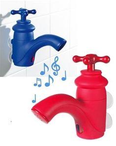 Csap zuhanyrádió fürdőszobai használatra. Csupán csak 2 db AAA 1,5V-os elemről (nem tartozék) kell gondoskodnod és már szólhat is a zene a reggeli borotválkozáshoz, vagy zuhanyzás, fürdés közben. Használata nagyon egyszerű. Csak nyisd meg a csapot és már ömlenek is dallamok, vagy a hírek!