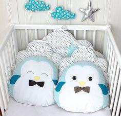 Tour de lit bébé garçon, nuage et petits pingouins, bleu, taupe et blanc