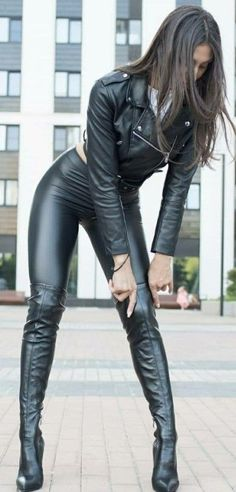 Adjusting her Boots - Kniehohe Stiefel Sexy Latex, Thigh High Boots, High Heel Boots, Fashion Moda, Womens Fashion, Sexy Stiefel, Sexy Boots, Black Boots, Biker Girl