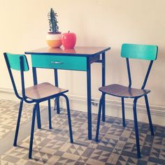Mesita y sillas de formica customizadas.