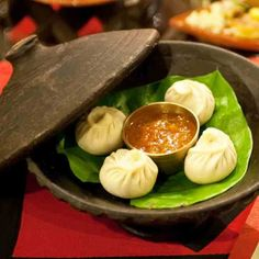 Fameux momos, spécialité népalaise composée de viande hachée de poulet ou de buffle (surtout pas de bœuf, qui est sacré) sous forme de raviolis à la vapeur. Au Krishnarpan, le menu varie de 6 à 22 plats et les légumes qui les composent proviennent directement de la ferme du Dwarika, l'hôtel 5* où le restaurant se situe. Les hôtesses portent les costumes traditionnelles des diverses ethnies du Népal #Krishnarpan, Dwarika's hotel, Battisputali, Kathmandu, Népal