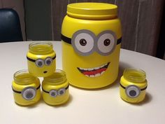 Such cute little minion mason jars! They're perfect to put knick knacks in and put on your nightstand! You'll have minions staring at you all night long. Minion Party, Minion Theme, Despicable Me Party, Minion Bedroom, Minion Room Decor, Minion Craft, Pot A Crayon, Mason Jar Crafts, Mason Jars
