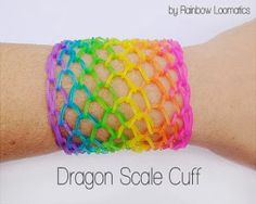 Dragon Scale Cuff Rainbow Loom Pattern - Edward will love this! Loom Bands Designs, Loom Band Patterns, Rainbow Loom Patterns, Rainbow Loom Creations, Rainbow Loom Bands, Rainbow Loom Charms, Rainbow Loom Bracelets, Rainbow Loom Easy, Stitch Patterns