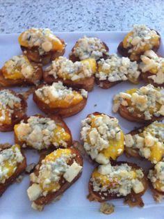 Crostini with peaches, bleu cheese and honey