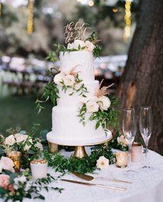 Bom dia amores! Eu sou fã do bolo de casamento branco! Além de elegante ele é extremamente tradicional e clássico. Quem vai optar por ele?