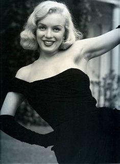 1950 Marilyn en robe noire par Bob Beerman - Divine Marilyn Monroe