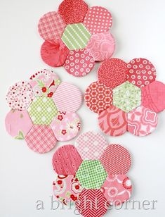 If you follow me on Instagram you have maybe seen these pink English Paper Piecing flowers that I've been working on here and there. I've been getting questions about them so I thought I'd do a blog