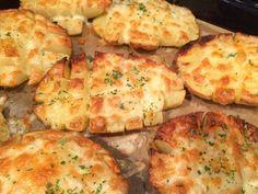 Wat een feest was dit. Kaasaardappelen uit de oven. Wij eten graag aardappelen en zeker als ze uit de oven komen (zie ook hier). Met een lepeltje olie en wat kruiden heb je zoveel meer dan gekookte aa