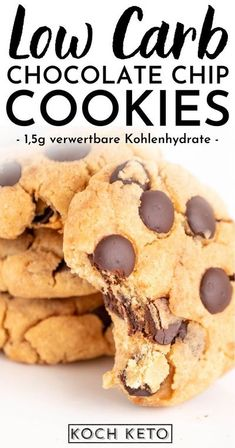 """Chocolate Chip Cookies – weg mag diese Keksvariante eigentlich nicht?  Leckere Schoko-Stückchen eingebacken in saftigem Keksteig: kein Wunder, dass diese Kombination so beliebt ist.  Mit diesem Rezept können jetzt auch alle, die einer Keto oder Low Carb Ernährung folgen, die leckeren """"Chewy"""" Chocolate Chip Kekse genießen.  Denn mit nur 1,5g verwertbaren Kohlenhydraten pro Keks sind sie zu 100% Low Carb und zuckerfrei – perfekt für jeden der Abnehmen und trotzdem genießen möchte. Low Carb Cookies, Protein Cookies, Vegan Dessert Recipes, Easy Cookie Recipes, Desserts, Homade Chocolate Chip Cookies, Low Carb Chips, High Protein Low Carb, Pecan Sandies"""