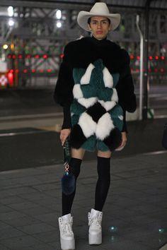 東京で行われた 2016-17年秋冬「メルセデス・ベンツ ファッション・ウィーク 東京」会場から、最新のストリートスナップをお届け。