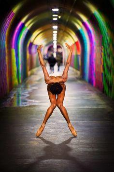 Ballerini si spogliano e danzano tra la gente per strade notturne