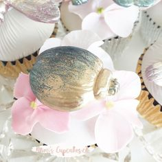 Sugar beetle 🌸. . . . . . . . #cupcake #sugarflowers #gumpaste #beetle