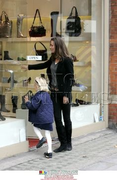 Who in the name of sweet Christmas is that lucky child shopping with Kate?!?
