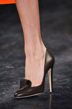 Calling All Shoe Girls!: Within the general fashion sphere, you can typically divide women into those who love bags and those who love shoes.