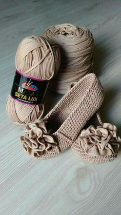 Hi, Crochet lovers, are you thinking of some crochet projects in the early Spring? This pretty set of crochet Mary Jane slippers are an easy and warm project we can hook on which is perfect for… Diy Crochet, Crochet Crafts, Crochet Projects, Crochet Cozy, Diy Crafts, Easy Crochet Slippers, Free Crochet Bag, Crochet Slipper Boots, Crochet Sandals