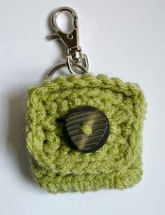 Ravelry: Small Square Coin Purse with key ring and clasp pattern by Melbangel Crochet Keychain Pattern, Coin Purse Pattern, Purse Patterns, Crochet Hooks, Crochet Change Purse, Crochet Coin Purse, Crochet Purses, Crochet Bags, Crochet Gratis