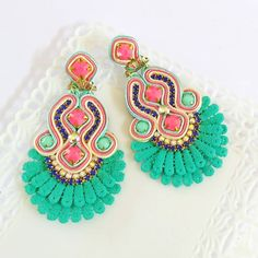 No photo description available. Cute Jewelry, Boho Jewelry, Jewelery, Jewelry Design, Women Jewelry, Diy Earrings, Diy Necklace, Earrings Handmade, Soutache Necklace
