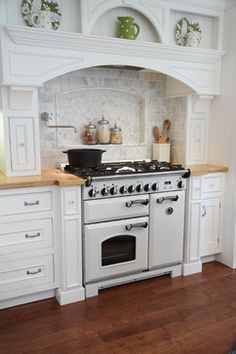 Aga Kitchen Design Ideas, Pictures, Remodel and Decor Aga Kitchen, Kitchen Hoods, Kitchen Backsplash, Kitchen And Bath, Kitchen Dining, Kitchen Decor, Kitchen Cabinets, Kitchen Cupboard, Kitchen Counters