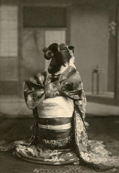 "okiya: "" Increasing Good-Luck Arrow Knot (by Blue "" A maiko (apprentice geisha) from Osaka showing her obi (sash) tied in the traditional musubi (knot), called ""ya giccha"" (やぎっちゃ) in the. Yukata, Osaka, Geisha Art, Memoirs Of A Geisha, Turning Japanese, Art Japonais, Japanese Outfits, Japan Art, Japanese Beauty"