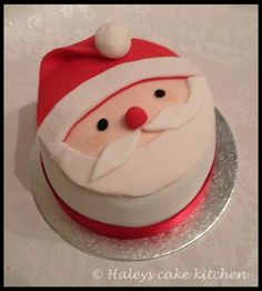 Little christmas cakes Santa cake Chrismas Cake, Mini Christmas Cakes, Christmas Cake Designs, Christmas Cake Decorations, Christmas Sweets, Holiday Cakes, Christmas Cooking, Xmas Cakes, Santa Christmas