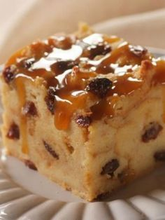 Raisin Bread Pudding --- Serve this delicious Raisin Bread Pudding with whipped cream or with milk for breakfast for a change of pace. Or just serve it as a delicious dessert! Köstliche Desserts, Delicious Desserts, Dessert Recipes, Cuban Desserts, Cake Sans Oeuf, Raisin Bread Pudding, Bread Puddings, Bread Pudding With Raisins, Pudding Ingredients